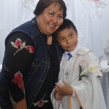 Sisters supports a Peruvian child on his First Communion